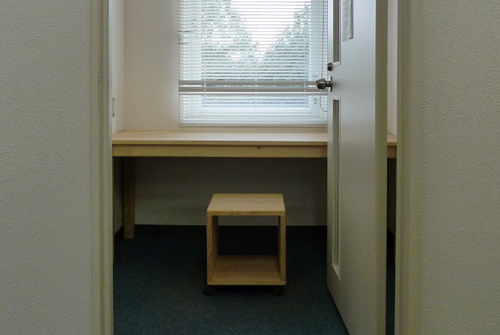 大学に無垢家具