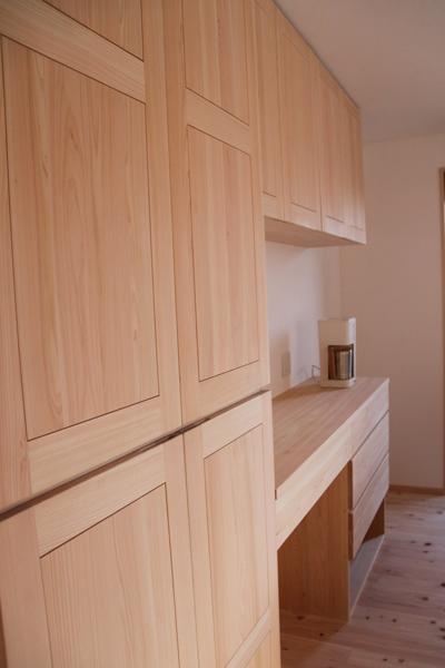 ヒノキ無垢のキッチン背面収納